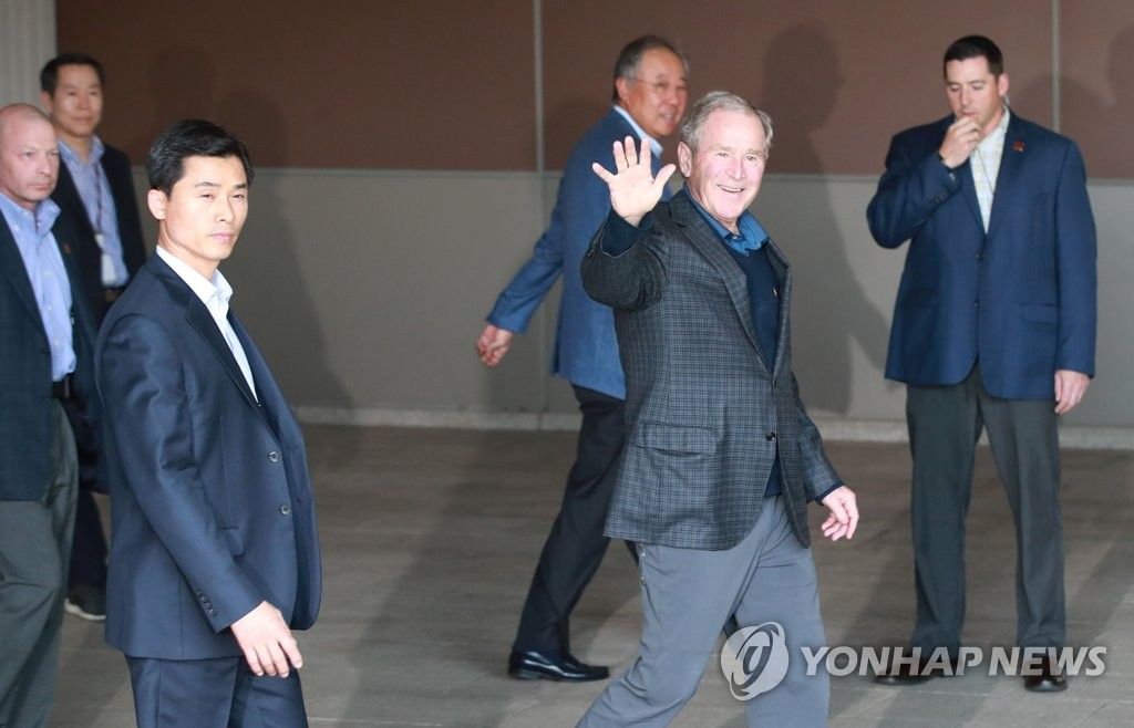 Former U.S. President George W. Bush waves to reporters after arriving at Gimpo International Airport in Seoul on May 22, 2019. (Yonhap)