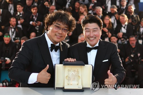 El director Bong Joon-ho y el actor Song Kang-ho en Cannes