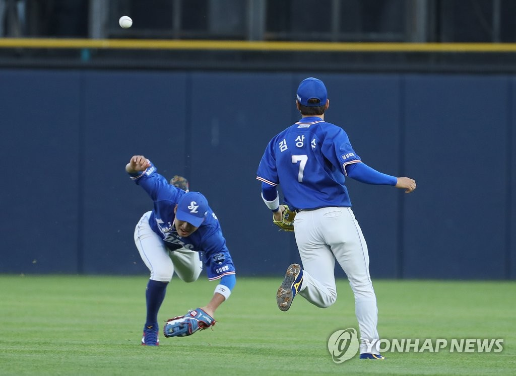 In this file photo from May 29, 2019, Samsung Lions center fielder Park Hae-min (L) misses a fly ball by Heo Kyoung-min of the Doosan Bears in the bottom of the second inning of a Korea Baseball Organization regular season game at Jamsil Stadium in Seoul. (Yonhap)