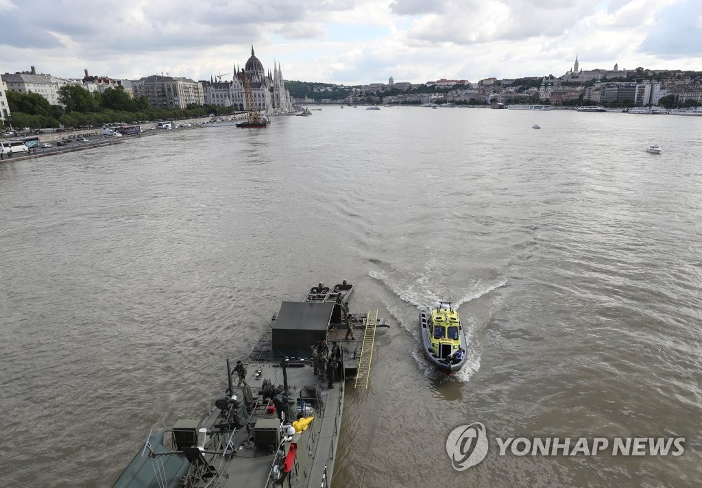 Hungarian workers search for missing victims of a tourist boat sinking in the Danube River in Budapest on May 31, 2019. (Yonhap)