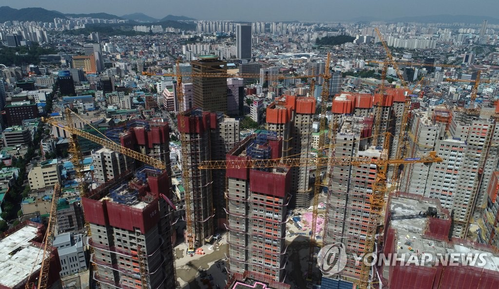 Workers stage a work stoppage at an apartment building construction site in the southwestern city of Gwangju on June 4, 2019, calling for a pay raise and prohibition of the use of smaller tower cranes that they claim are accident-prone. (Yonhap)
