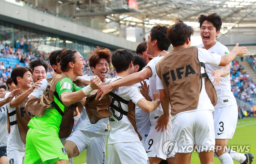 South Korean players celebrate a goal by Oh Se-hun (No. 9) against Japan during their round of 16 match at the FIFA U-20 World Cup at Lublin Stadium in Lublin, Poland, on June 4, 2019. (Yonhap)