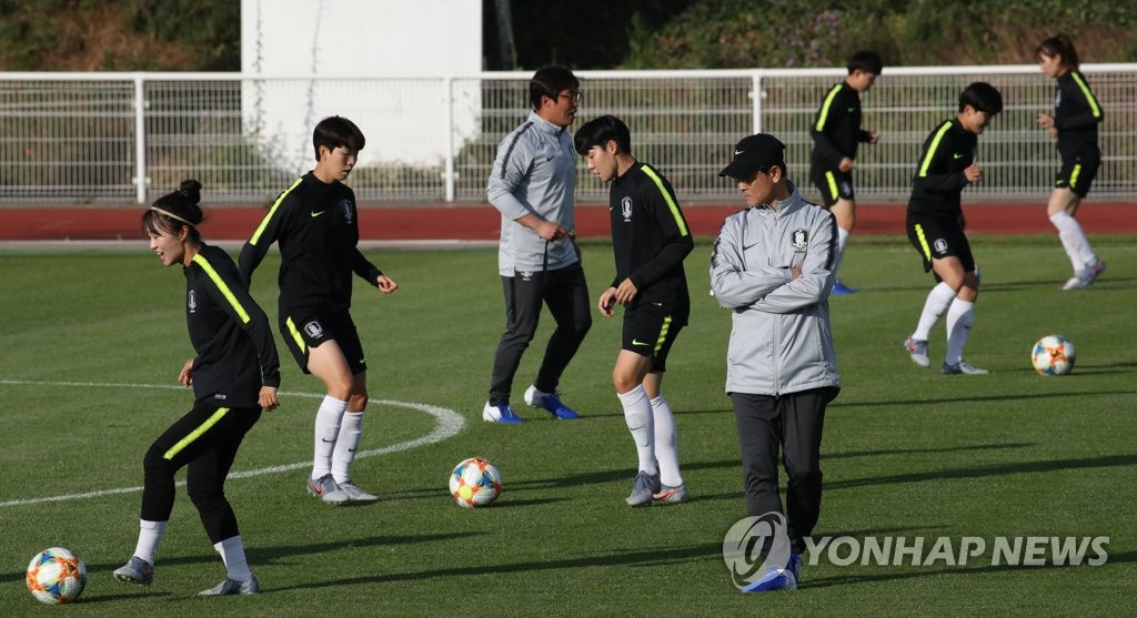 South Korean players practice at Stade Louis Boury in Gennevilliers, France, on June 6, 2019, in preparation for the FIFA Women's World Cup. (Yonhap)