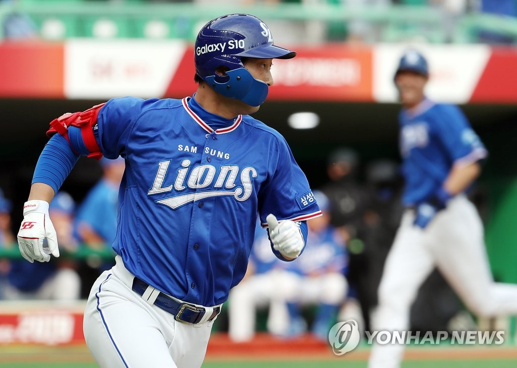In this file photo from June 9, 2019, Lee Hak-ju of the Samsung Lions runs to first base after hitting a single against the SK Wyverns in the top of the first inning of a Korea Baseball Organization regular season game at SK Happy Dream Park in Incheon, 40 kilometers west of Seoul. (Yonhap)
