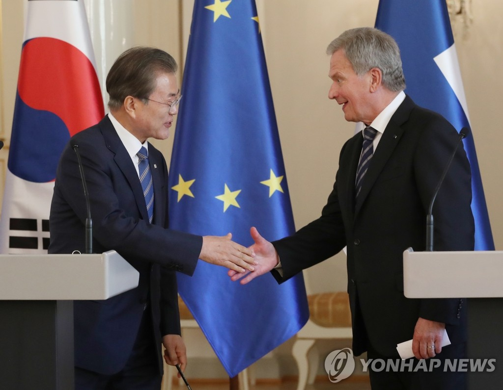 South Korean President Moon Jae-in (L) shakes hands with Finnish President Sauli Niinisto at their joint press conference at the Presidential Palace in Helsinki on June 10, 2019. (Yonhap)