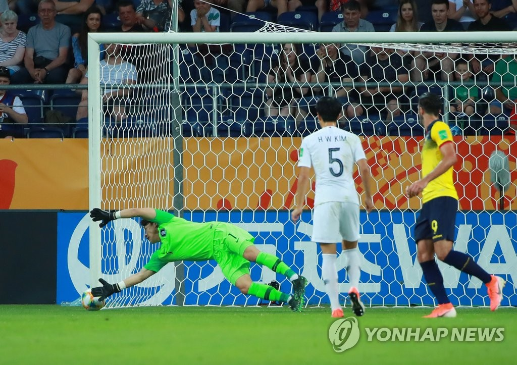 South Korean goalkeeper Lee Gwang-yeon (L) makes a save against Ecuador in the semifinals of the FIFA U-20 World Cup at Lublin Stadium in Lublin, Poland, on June 11, 2019. (Yonhap)