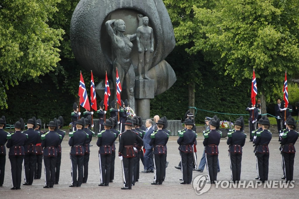 South Korean President Moon Jae-in and first lady Kim Jung-sook visit a memorial for World War II victims at Akershus Fortress in Oslo on June 12, 2019. (Yonhap)