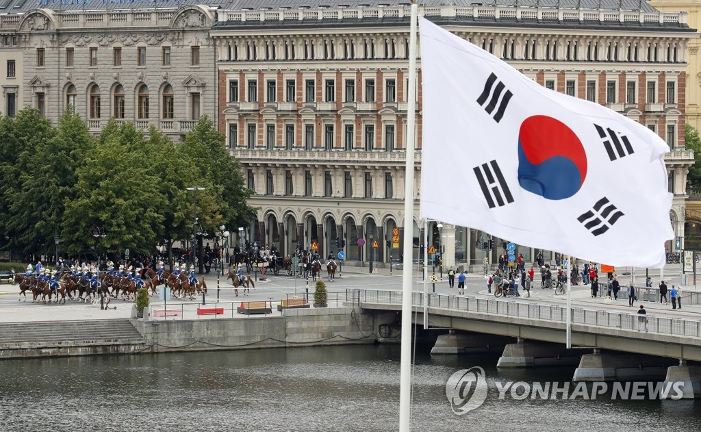 South Korea's national flag is shown as a carriage carrying President Moon Jae-in heads to the Royal Palace in Stockholm on June 14, 2019. (Yonhap)