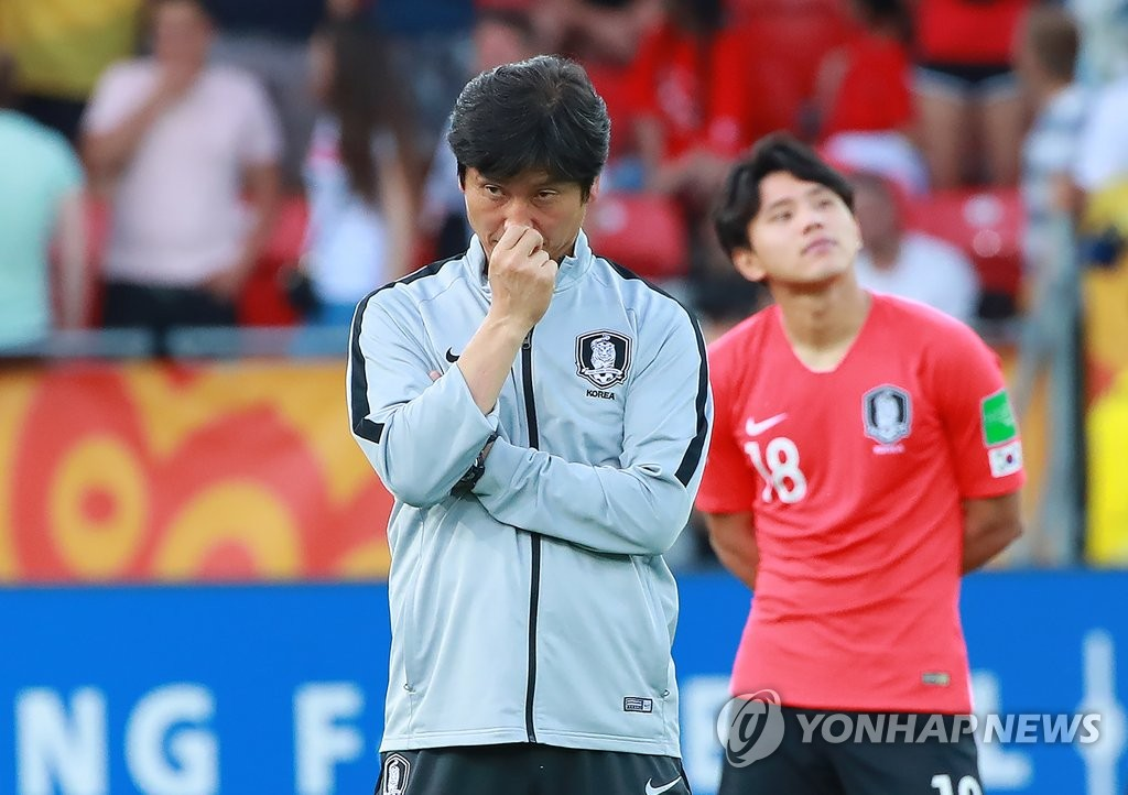 South Korea head coach Chung Jung-yong waits for the medal ceremony after his team lost to Ukraine 3-1 in the FIFA U-20 World Cup final at Lodz Stadium in Lodz, Poland, on June 15, 2019. (Yonhap)