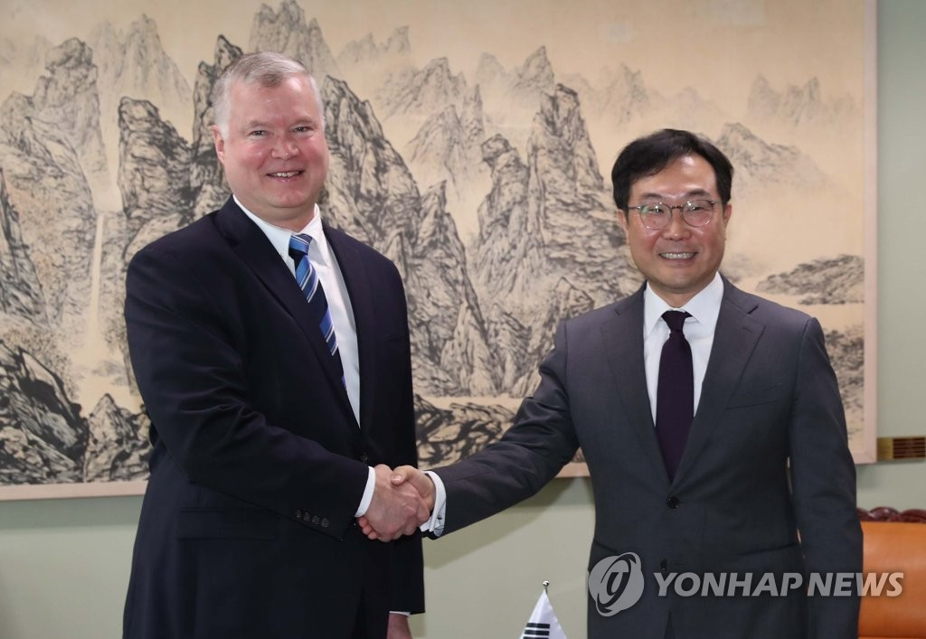 U.S. Special Representative for North Korea Stephen Biegun (L) shakes hands with his South Korean counterpart, Lee Do-hoon, before their talks at the foreign ministry in Seoul on June 28, 2019. (Yonhap)