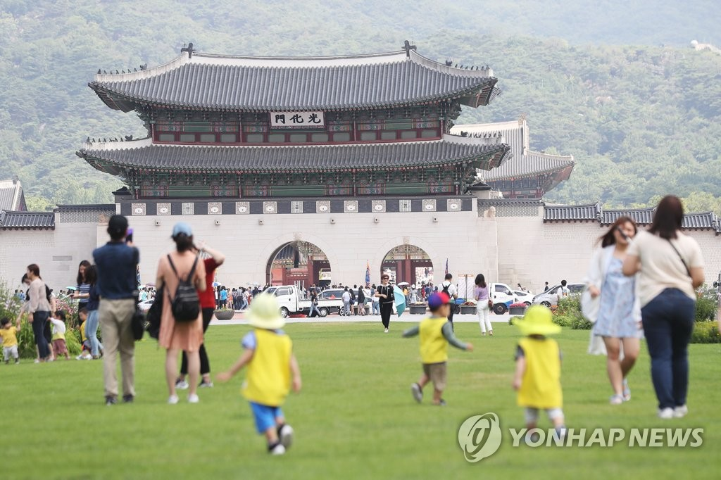 Children play at Gwanghwamun Square in central Seoul on July, 12, 2019. The plaza was named after the landmark main gate to Gyeongbok Palace, the main royal palace during the Joseon Dynasty (1392-1910). (Yonhap)
