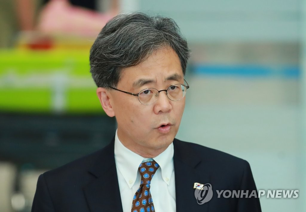 Kim Hyun-chong, deputy chief of Cheong Wa Dae's National Security Office, speaks to reporters upon returning from a trip to the United States on July 14, 2019. (Yonhap)