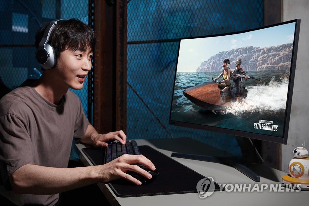 A gamer plays an online game in this photo provided by Samsung Electronics Co. on July 15, 2019. (PHOTO NOT FOR SALE) (Yonhap)