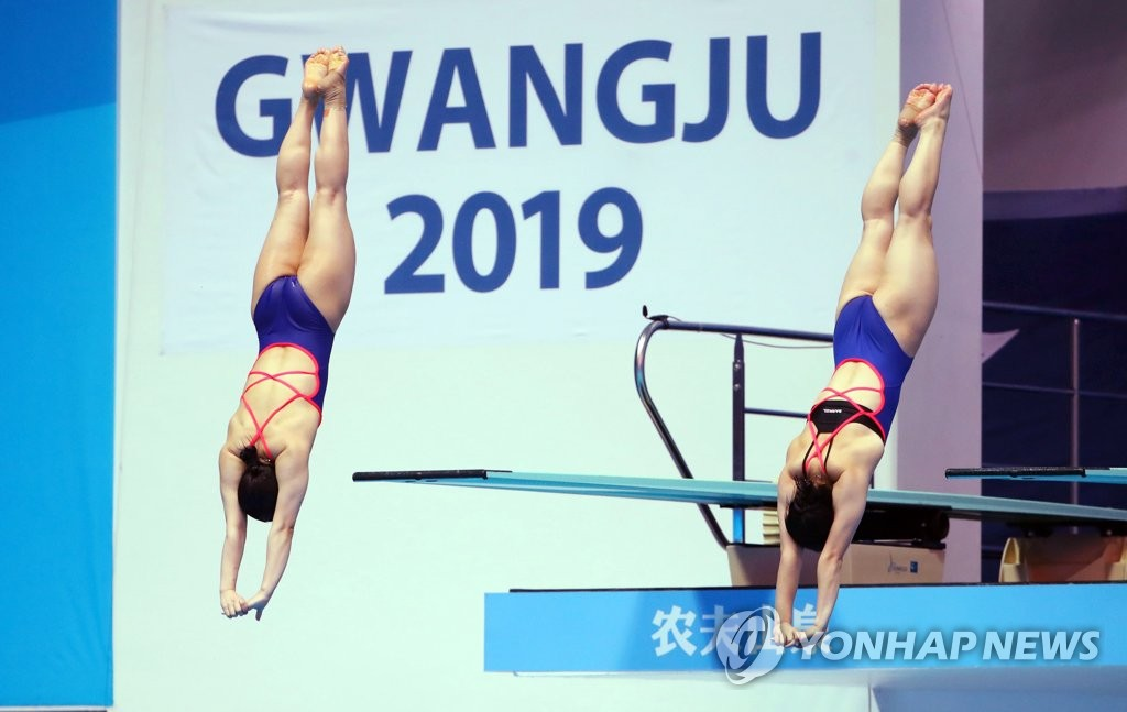 South Korean divers Kim Su-ji (L) and Cho Eun-bi perform during the final of the women's synchronized 3m springboard at the FINA World Championships at Nambu University Municipal Aquatics Center in Gwangju, 330 kilometers south of Seoul, on July 15, 2019. (Yonhap)