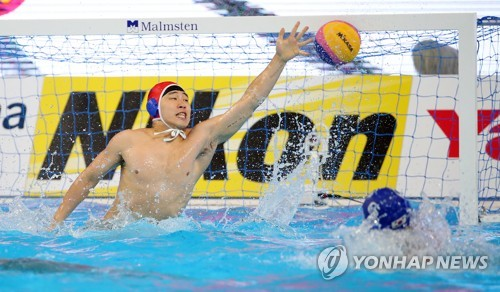 South Korean goalkeeper Jung Byeong-young defends a shot by Serbia in the men's water polo Group A game at the FINA World Championships at Nambu University Water Polo Competition Venue in Gwangju, 330 kilometers south of Seoul, on July 17, 2019. (Yonhap)