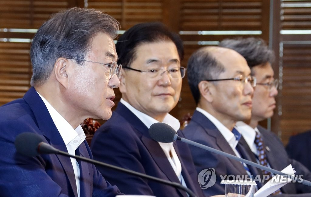 President Moon Jae-in (L) speaks at a Cheong Wa Dae meeting with his senior aides on July 22, 2019. (Yonhap)
