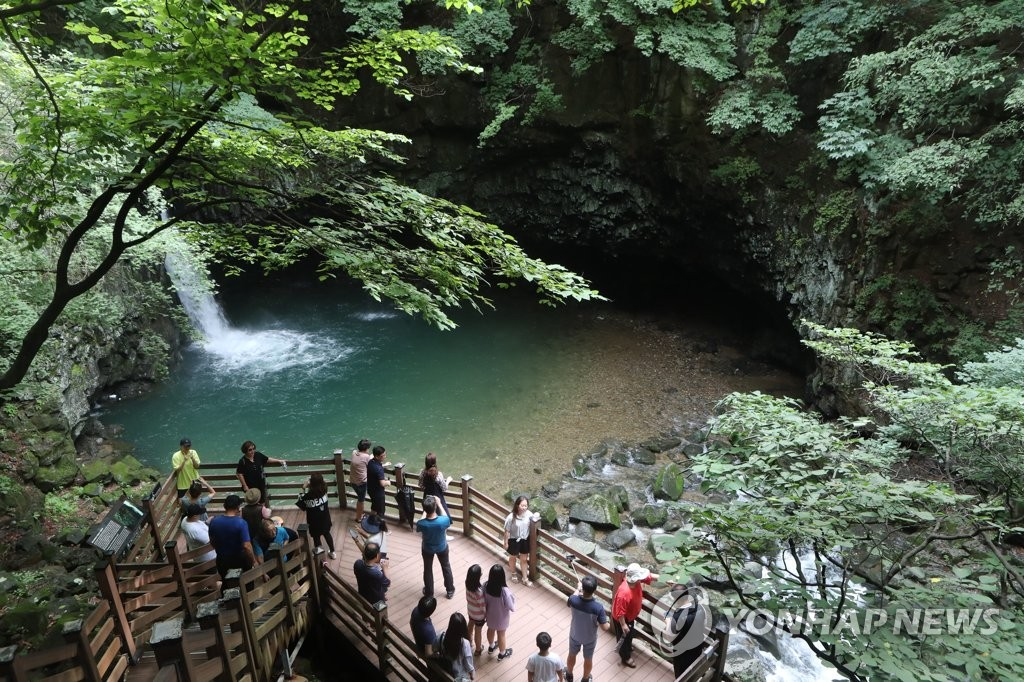 In this file photo, taken on Aug. 1, 2019, tourists take in the sights of Bidulginang Falls, one of the attractions at Hantan River Geopark in Pocheon, 45 kilometers north of Seoul. (Yonhap)