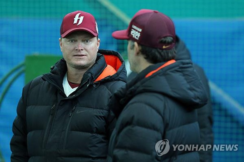 This file photo provided by the Kiwoom Heroes on March 8, 2019, shows Shane Spencer (L), former manager of Kiwoom's Futures League affiliate, the Goyang Heroes. (PHOTO NOT FOR SALE) (Yonhap)
