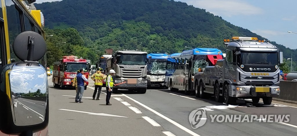 Police control traffic after a five-vehicle pileup on the Namhae Expressway in Changwon, about 400 kilometers southeast of Seoul, on Aug. 16, 2019, in this photo provided by the city's firefighting authority. (PHOTO NOT FOR SALE) (Yonhap)