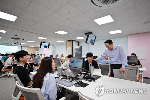 Samsung Electronics' Lee Jae-yong visits software academy