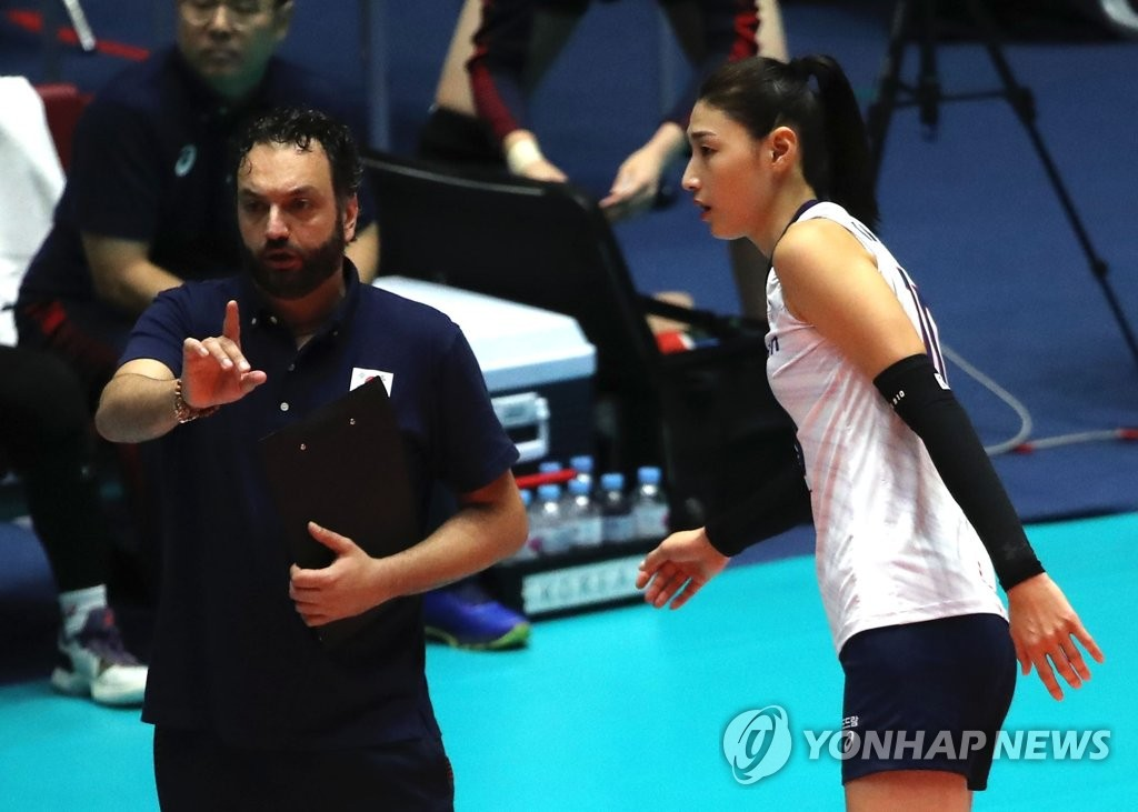 South Korea women's volleyball head coach Stefano Lavarini (L) speaks with his captain Kim Yeon-koung during their second-round match against Chinese Taipei at the Asian Women's Volleyball Championship at Jamsil Arena in Seoul on Aug. 22, 2019. (Yonhap)