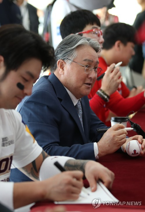 Former national baseball team manager signs ball for fans