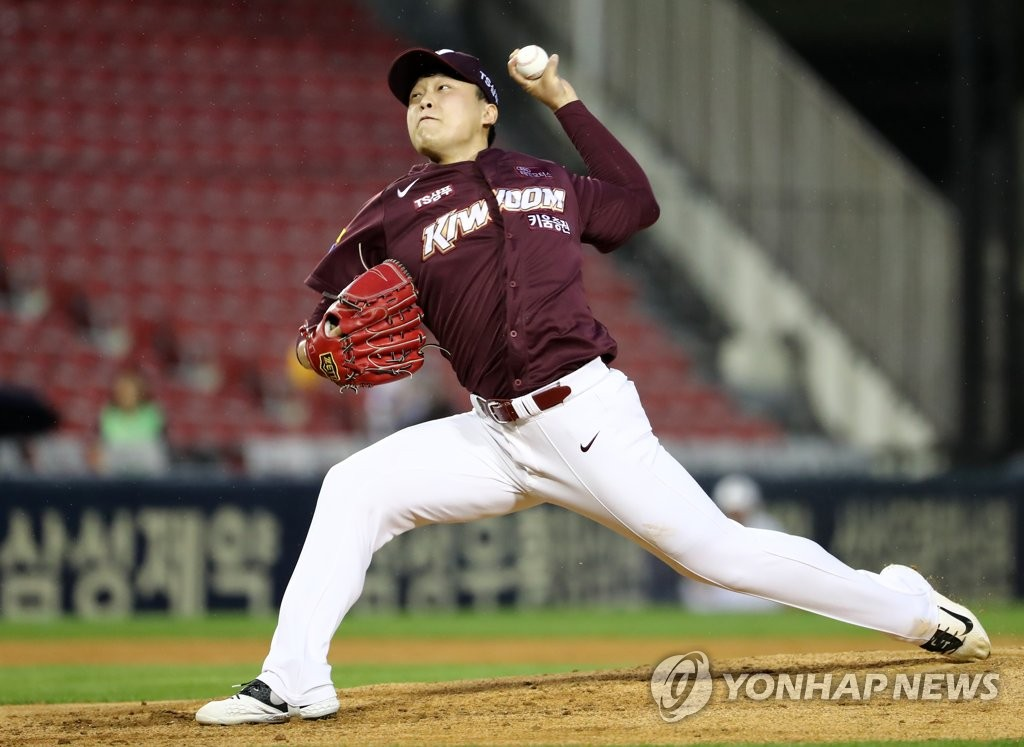 In this file photo from Sept. 3, 2019, Lee Seung-ho of the Kiwoom Heroes throws a pitch against the Doosan Bears in the bottom of the first inning of a Korea Baseball Organization regular season game at Jamsil Stadium in Seoul. (Yonhap)