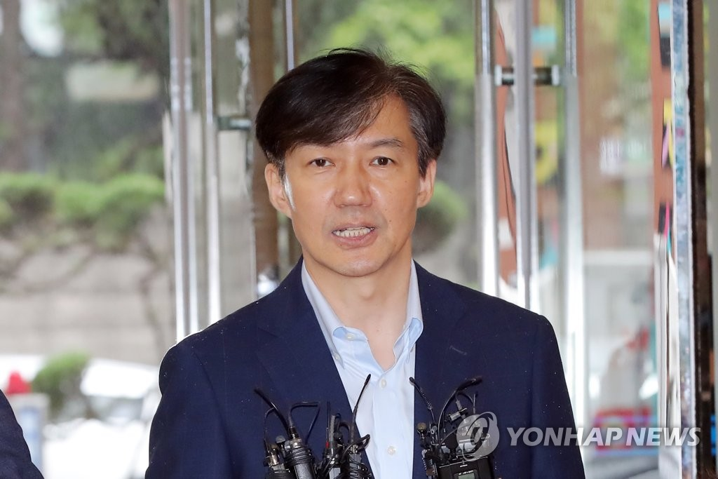 Cho Kuk speaks to reporters during his commute to the hearing preparation office on Sept. 4, 2019. (Yonhap)