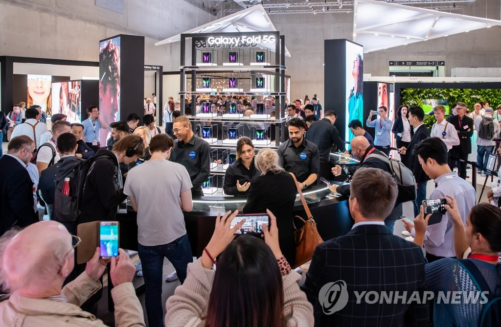 Samsung Electronics Co.'s booth is crowded with visitors who want to have a hands-on experience with the Galaxy Fold during the IFA technology show in Berlin, in this photo provided by the Korean company on Sept. 7, 2019. (PHOTO NOT FOR SALE) (Yonhap)