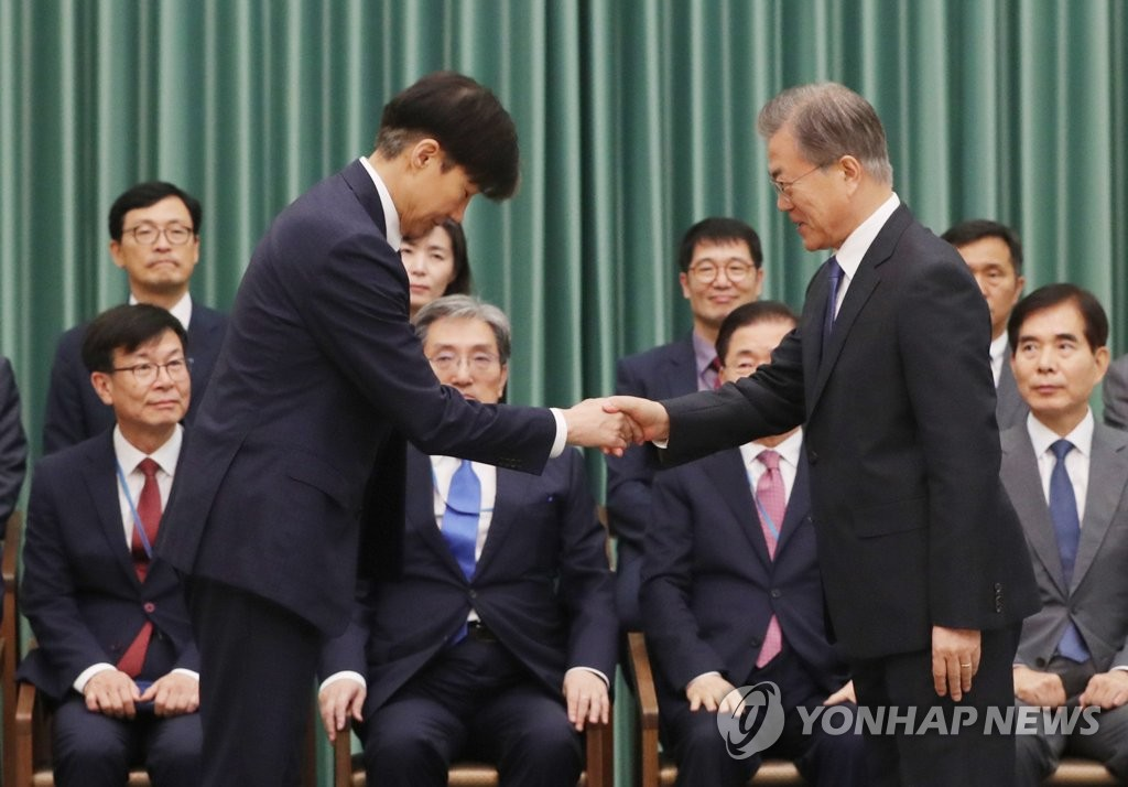 President Moon Jae-in (R) shakes hands with Justice Minister Cho Kuk before giving him a letter of appointment at Cheong Wa Dae on Sept. 9, 2019. (Yonhap)