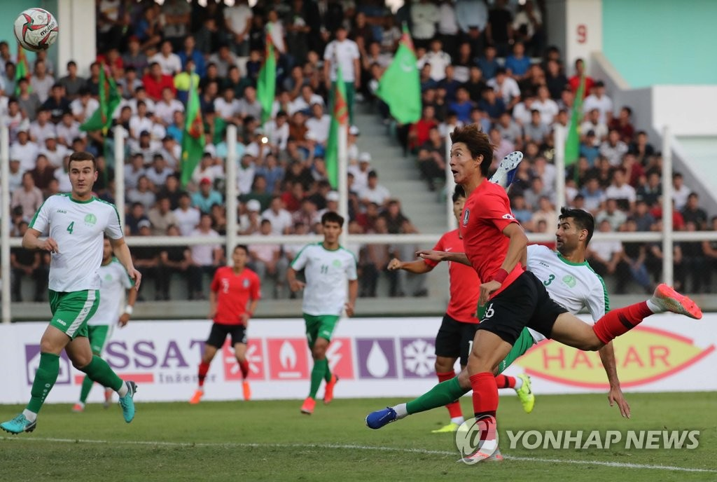 Hwang Ui-jo of South Korea (R) takes a header against Turkmenistan during the teams' Group H match in the second round of the Asian qualification for the 2022 FIFA World Cup at Kopetdag Stadium in Ashgabat, Turkmenistan, on Sept. 10, 2019. (Yonhap)