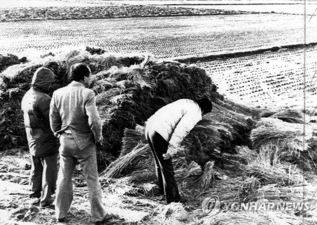 This file photo shows police officers looking around the criminal scene of the fifth murder case in Hwaseong, south of Seoul, in 1987, which was linked to South Korea's worst serial killings in the 1980s. (Yonhap)