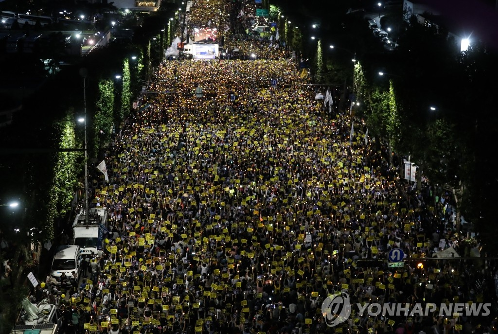 South Koreans demanding the reform of the prosecution hold a candlelight vigil in front of the prosecution's office in southern Seoul on Sept. 9, 2019, calling for the prosecution to stop what they call an excessive probe into Justice Minister Cho Kuk's family. (Yonhap)