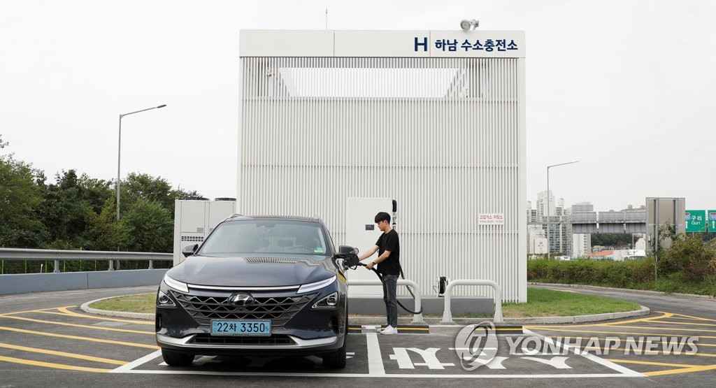 This photo, taken Sept. 30, 2019, and provided by Hyundai Motor, shows the carmaker's hydrogen charging station at an expressway service area. (PHOTO NOT FOR SALE) (Yonhap)