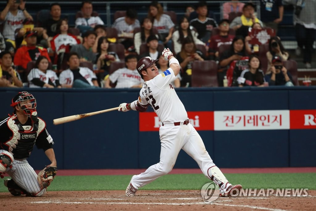 Park Byung-ho of the Kiwoom Heroes (R) smacks a walk-off solo home run in the bottom of the ninth inning against the LG Twins in Game 1 of the teams' first-round playoff series in the Korea Baseball Organization at Gocheok Sky Dome in Seoul on Oct. 6, 2019. (Yonhap)