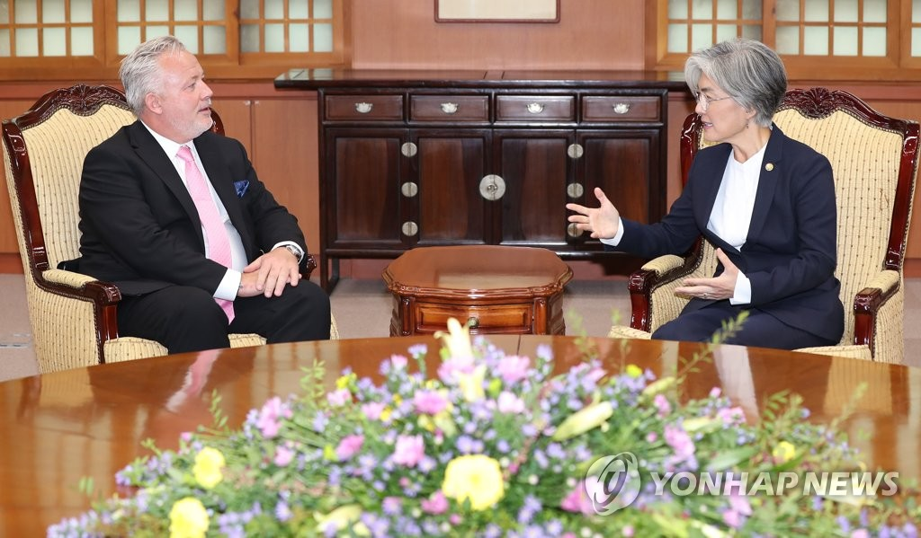 Foreign Minister Kang Kyung-wha (R) meets Kent Harstedt, Sweden's special envoy for Korean Peninsula affairs, at her office in Seoul on Oct. 24, 2019. (Yonhap)