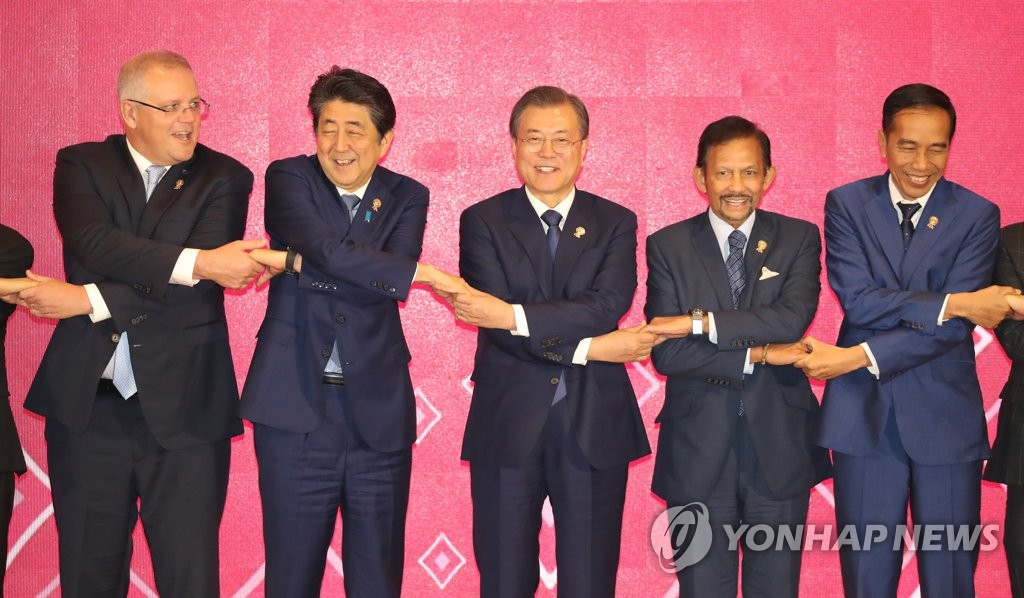 South Korea President Moon Jae-in (C) poses for commemorative photos, along with Japanese Prime Minister Shinzo Abe and other global leaders, at the Regional Comprehensive Economic Partnership (RCEP) summit held in Bangkok on Nov. 4, 2019. (Yonhap)