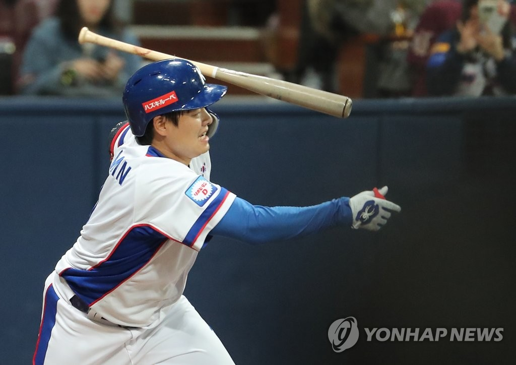 Min Byung-hun of South Korea heads to first base after hitting a ground ball against Australia in the bottom of the fourth inning of the teams' Group C game at the Premier12 at Gocheok Sky Dome in Seoul on Nov. 6, 2019. (Yonhap)
