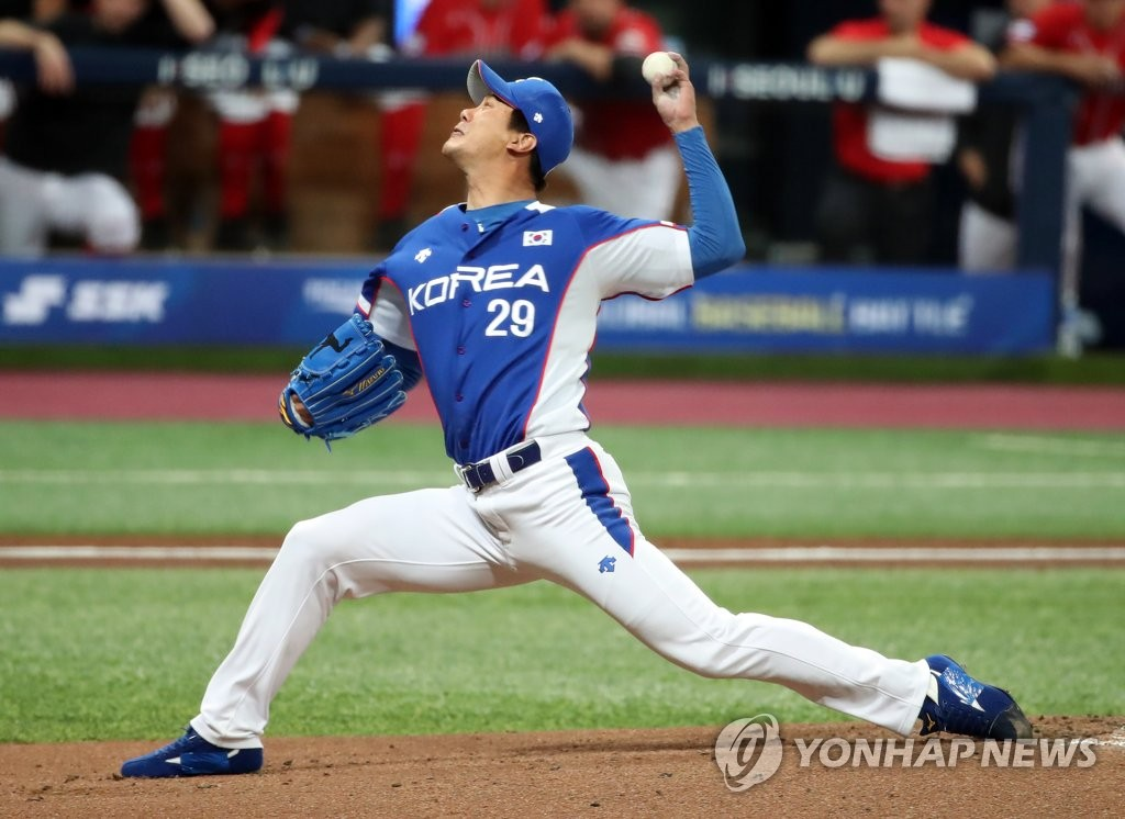Kim Kwang-hyun of South Korea pitches against Canada in the bottom of the first inning of the teams' Group C game at Gocheok Sky Dome in Seoul on Nov. 7, 2019. (Yonhap)