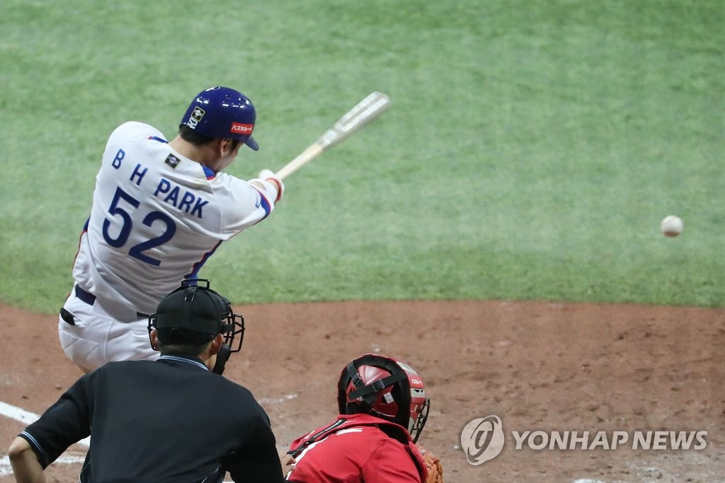 Park Byung-ho of South Korea connects for an RBI single against Cuba in the bottom of the fifth inning of the teams' Group C game at the World Baseball Softball Confederation (WBSC) Premier12 at Gocheok Sky Dome in Seoul on Nov. 8, 2019. (Yonhap)