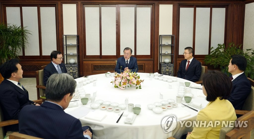 President Moon Jae-in holds a dinner meeting with the leaders of five major political parties at his Cheong Wa Dae official residence on Nov. 10, 2019, in this file photo provided by Moon's office. (PHOTO NOT FOR SALE) (Yonhap)