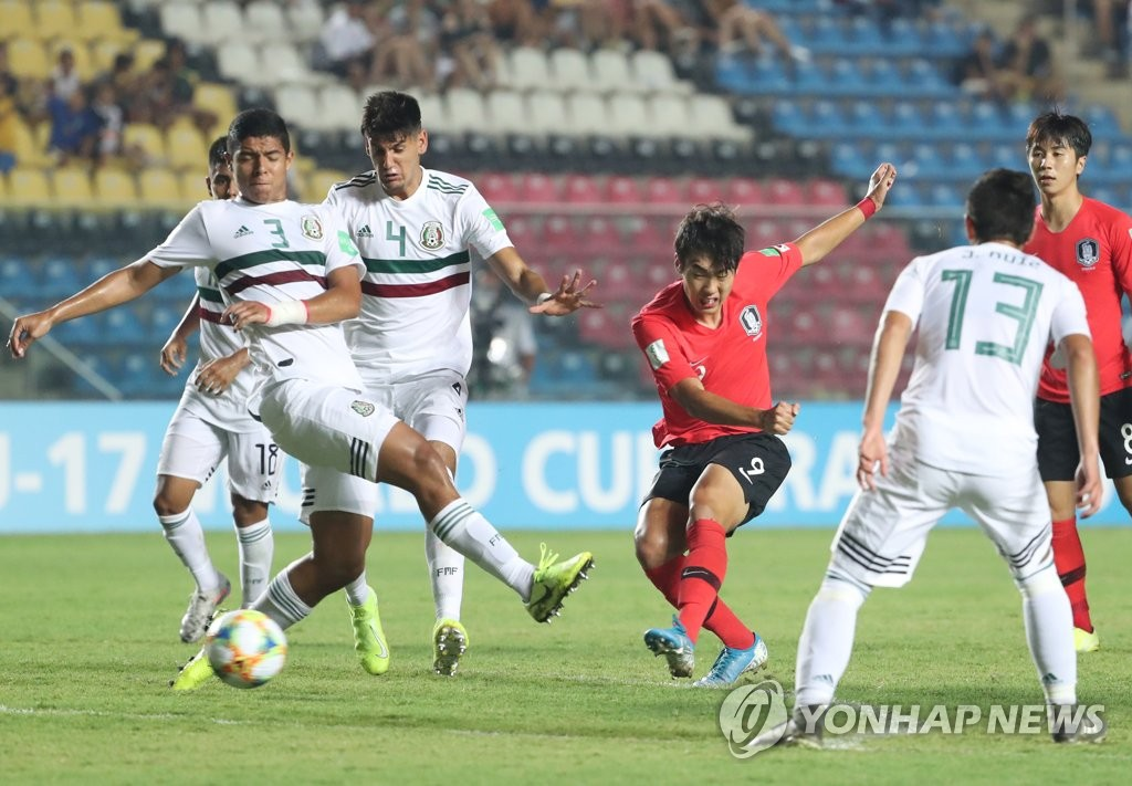Choi Min-seo of South Korea (C) takes a shot against Mexico during the teams' quarterfinals match at the FIFA U-17 World Cup at Estadio Kleber Andrade in Vitoria, Brazil, on Nov. 10, 2019. (Yonhap)