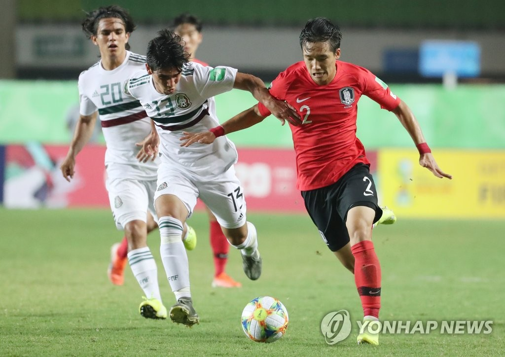 Lee Tae-seok of South Korea (R) and Jose Ruiz of Mexico (C) battle for the ball during their teams' quarterfinals match at the FIFA U-17 World Cup at Estadio Kleber Andrade in Vitoria, Brazil, on Nov. 10, 2019. (Yonhap)