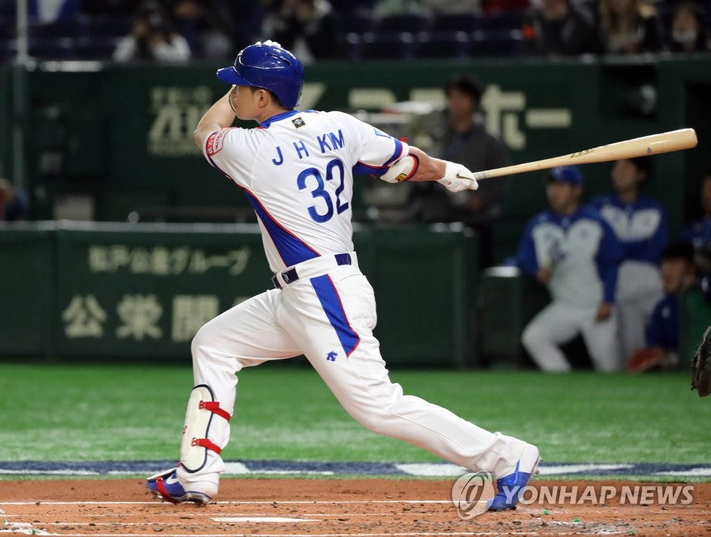 Kim Jae-hwan of South Korea connects for a three-run home run against the United States in the bottom of the first inning of the teams' Super Round game at the World Baseball Softball Confederation (WBSC) Premier12 at Tokyo Dome in Tokyo on Nov. 11, 2019. (Yonhap)