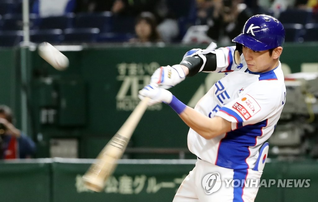 Lee Jung-hoo of South Korea hits an RBI double against the United States in the bottom of the seventh inning of the teams' Super Round game at the World Baseball Softball Confederation (WBSC) Premier12 at Tokyo Dome in Tokyo on Nov. 11, 2019. (Yonhap)