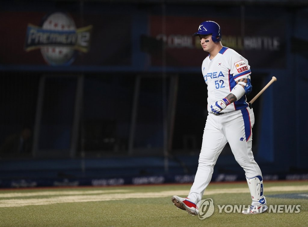 Park Byung-ho of South Korea returns to the dugout after striking out against Chen Kuan-Yu of Chinese Taipei in the bottom of the eighth inning of the teams' Super Round game at the World Baseball Softball Confederation (WBSC) Premier12 at ZOZO Marine Stadium in Chiba, Japan, on Nov. 12, 2019. (Yonhap)