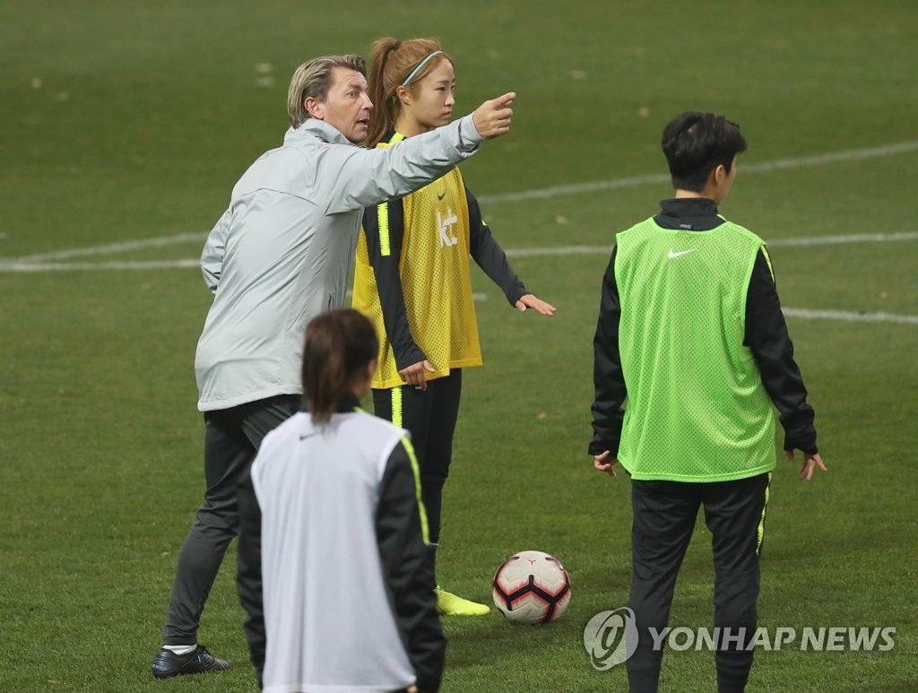In this file photo from Nov. 15, 2019, Colin Bell (L), head coach of the South Korean women's national football team, talks to a player during practice at the National Football Center in Paju, Gyeonggi Province. (Yonhap)