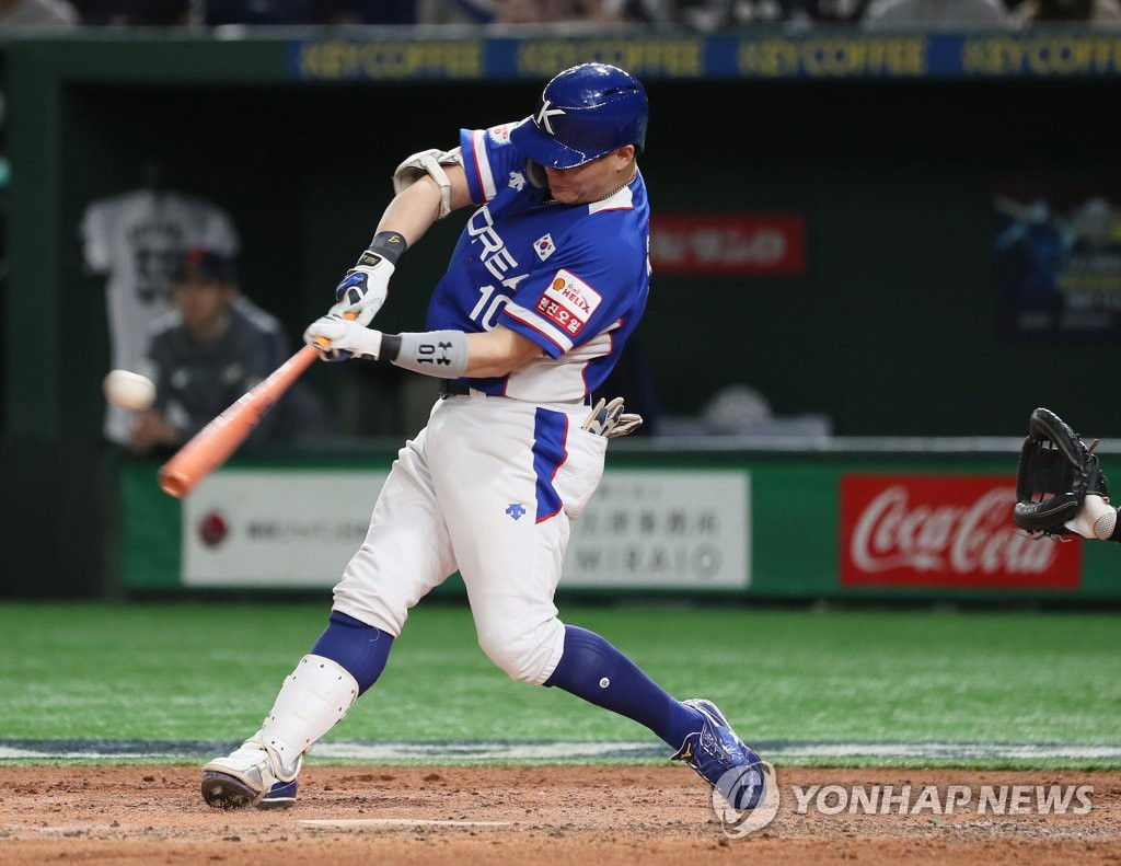 Park Sei-hyok of South Korea hits an RBI double against Japan in the top of the fourth inning of the Super Round game at the World Baseball Softball Confederation (WBSC) Premier12 at Tokyo Dome in Tokyo on Nov. 16, 2019. (Yonhap)