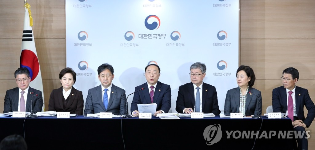 Finance Minister Hong Nam-ki (C) speaks at a press conference on next year's economic policy on Dec. 19, 2019. (Yonhap)