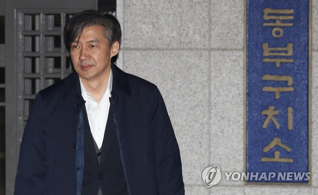 逮捕状棄却を受け拘置所を出るチョ国氏=27日、ソウル(聯合ニュース)